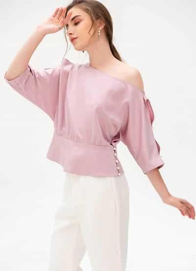 Gam màu hồng pastel kết hợp cùng thiết lệch một bên vai tạo sự nữ tính, thanh lịch tuyệt hảo