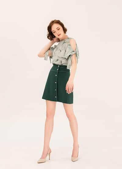 Mix&match cùng chân váy chứ A tạo nên một set đồ năng động, trẻ trung tha hồ dạo phố