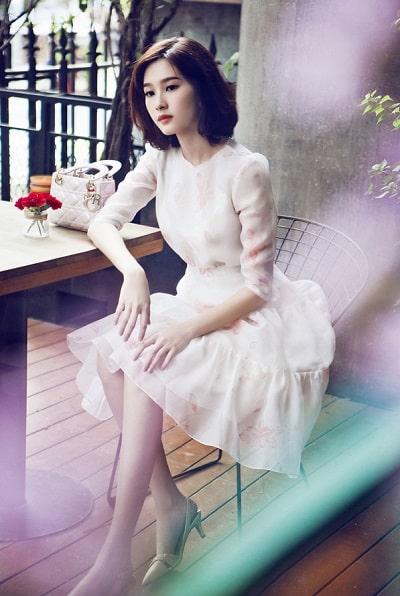 Đầm trắng xoè tay dài