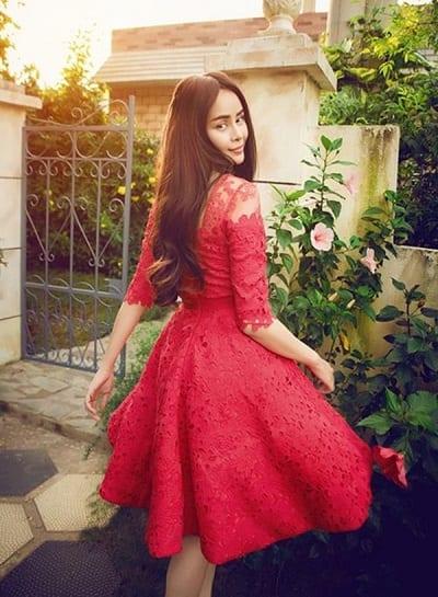 Đầm đỏ dáng xoè chất ren