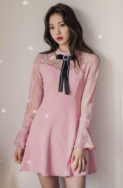 Đầm màu hồng trẻ trung thắt nơ cổ