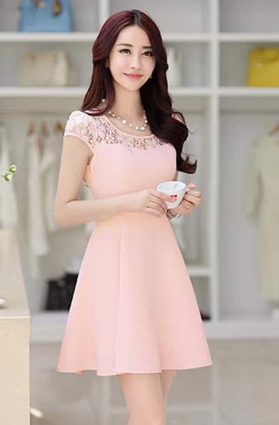 Đầm màu hồng phối ren tay con