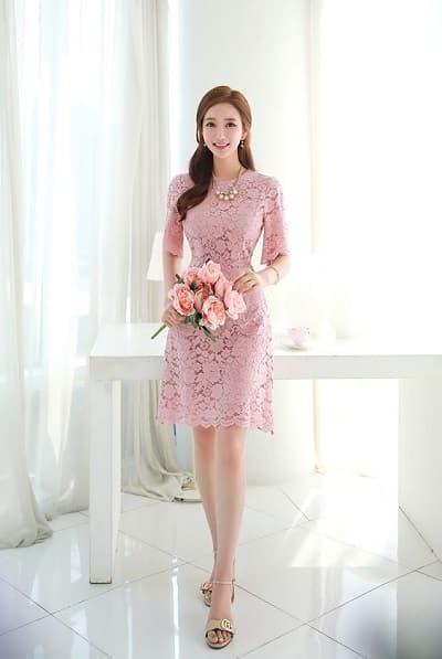 Đầm màu hồng chất ren cho nàng công sở