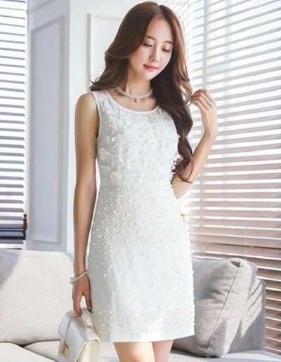 Đầm màu trắng: Đầm ren dự tiệc cổ tròn sát nách