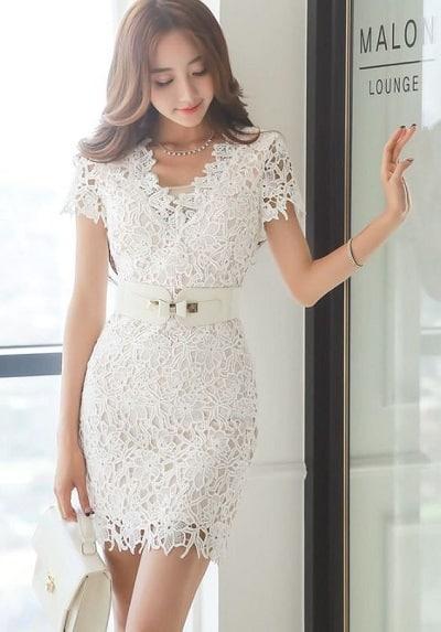 Đầm màu trắng: Đầm ren ngắn công sở