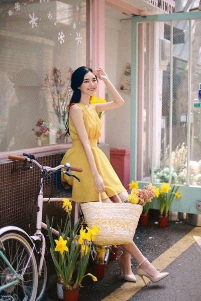 Đầm màu vàng: Đầm xoè không tay