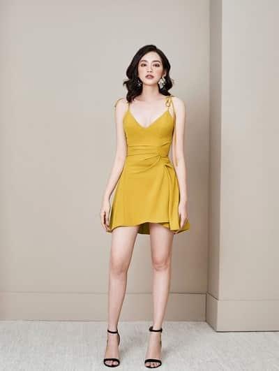 Đầm màu vàng: Đầm ngắn thắt eo hai dây hở sâu