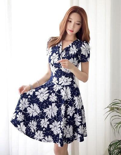 Đầm đẹp tuổi 30: Đầm xoè đắp chéo hoạ tiết hoa