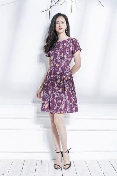 Đầm đẹp tuổi 35: Đầm voan hoa tím tay ngắn cổ tròn