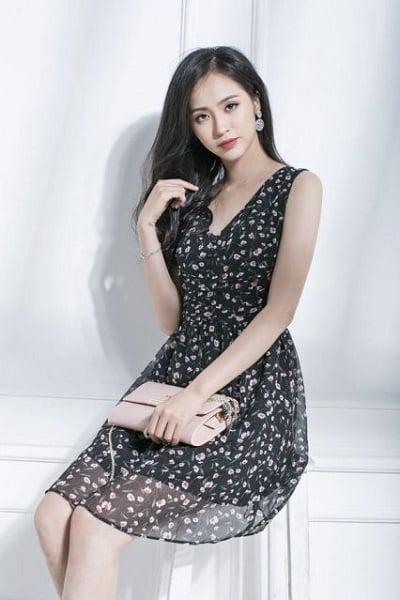 Đầm đẹp tuổi 35: Đầm xoè cổ v không tay hoạ tiết hoa nhí