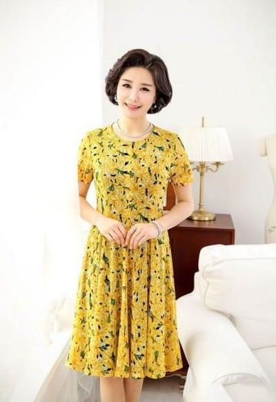 Đầm đẹp tuổi 40: Đầm voan hoa vàng kiểu xoè trung niên