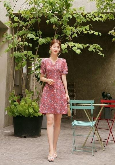 Một chiếc váy họa tiết hoa nhí sẽ đem lại không khí vui tươi trong những ngày đầu tiên của năm mới