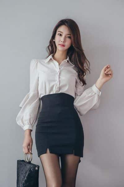 Phối áo sơ mi tay dài + chân váy ngắn xẻ trước mặc kèm quần tất cực quyến rũ cho nàng công sở thích gu Hàn Quốc này