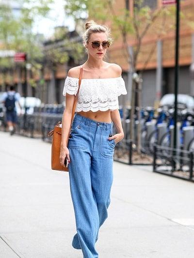 Phối áo trễ vai ren với quần jean