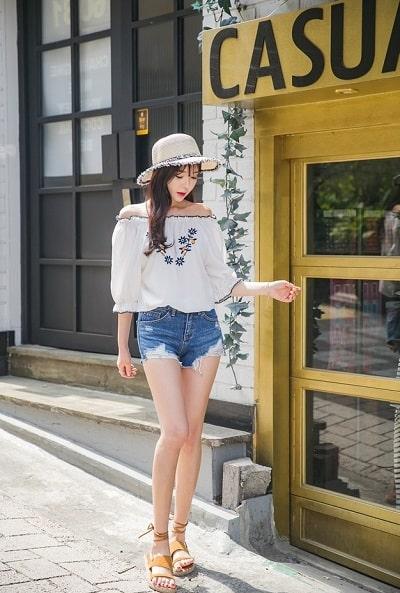 Nữ tính, dịu dàng hơn nếu mang thêm một chiếc mũ cùng với áo trễ vai trong mùa hè