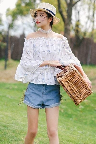 Mặc áo trễ vai voan hoa với short ngắn jean