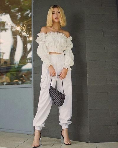 Mặc áo trễ vai trắng nhún thun với quần jogger