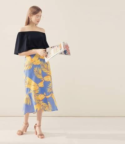 Tự tin diện áo trễ vai với chân váy hoa dáng dài