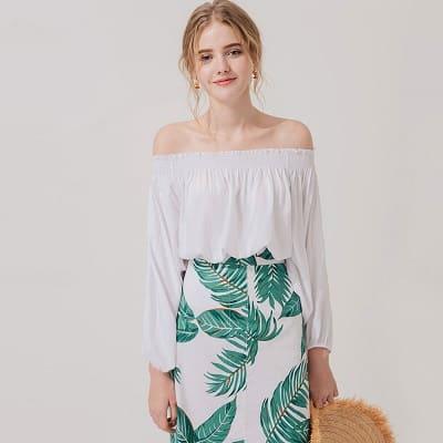Chân váy hoa luôn là item hot dễ dàng mix với áo trễ vai nhún thun