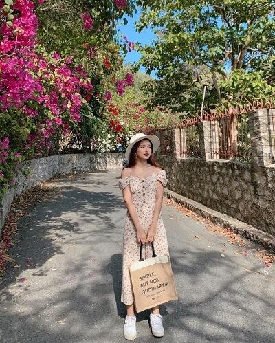 Mặc váy hoa hai dây dáng dài đi Vũng Tàu