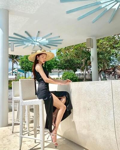 Mặc váy nhung đen hai dây xẻ cao đi Vũng Tàu