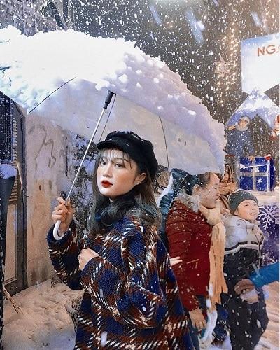 Mùa đông Sa Pa có tuyết rơi nên những chiếc áo len dày cao cổ màu nổi sẽ rất phù hợp.