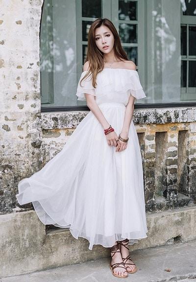 Đầm voan bẹt vai thường được thiết kế bèo nhún hoặc bèo xếp tầng.