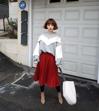 Diện chân váy midi màu đỏ đun mix với áo len sweater đi chơi Noel