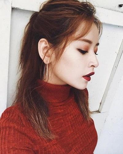 Diện áo len đỏ nữ đi chơi Noel
