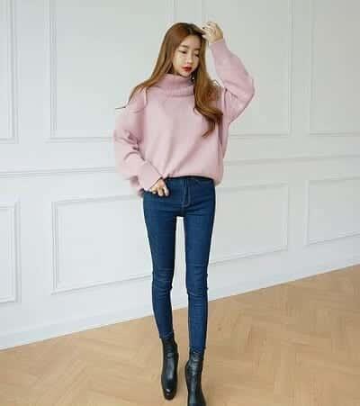 Diện áo len cổ lọ tông hồng pastel và quần jeans đi chơi Noel