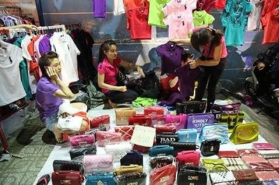 Những mặt hàng túi xách giá rẻ luôn thu hút du khách đặc biệt là các bạn học sinh, sinh viên
