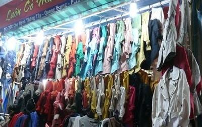Thường thì 1 gian hàng chỉ chuyên bán 1 loại trang phục