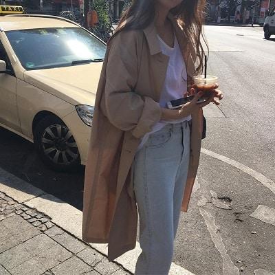 Công thức: Áo phông + trench coat mỏng