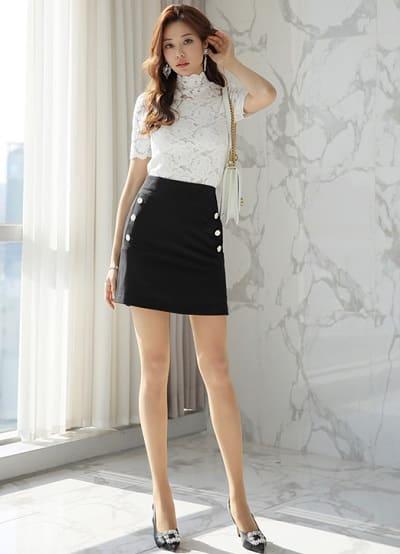 Công thức: Mix áo ren kiểu + chân váy dáng ngắn ôm body