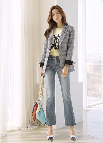 Công thức: Áo phông cổ tròn + quần jean + áo khoác sọc caro