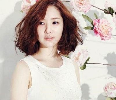 Thư ký Kim trở nên sang trọng với mái tóc xoăn chữ S