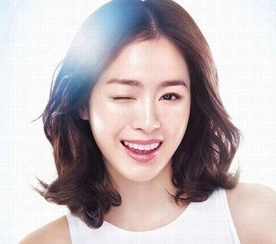 Kim Tae Hee trẻ trung năng động nhờ kiểu tóc xoăn lỡ