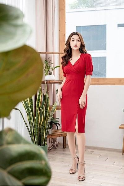 Đầm ôm công sở hè 2020 tone đỏ quyến rũ mang thiết kế chân váy midi thanh lịch và cổ V tôn dáng