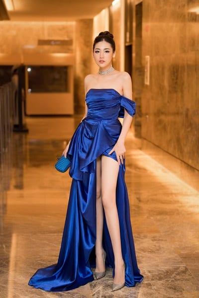 Với khả năng bắt ánh sáng, tạo độ tương phản và làm nổi bật trang phục cũng như người mặc, Á hậu Tú Anh đón đầu xu hướng khi cũng sở hữu một thiết kế classic blue khoe vai gầy và đôi chân dài gợi cảm.