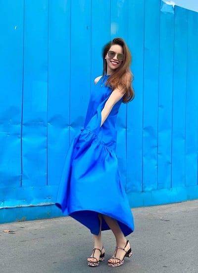 Hồ Ngọc Hà đón đầu xu hướng với chiếc váy màu xanh tươi mát, thêm cả phần nền cũng là màu sắc này.