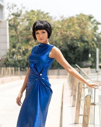 Vô cùng quyến rũ và phóng khoáng với thiết kế màu xanh cổ điển ôm sát tôn dáng.