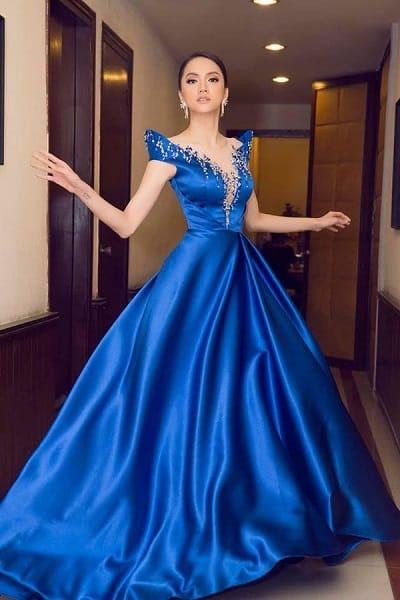 Hoa hậu chuyển giới Hương Giang quyền lực với váy công chúa màu xanh cổ điển quyền lực.