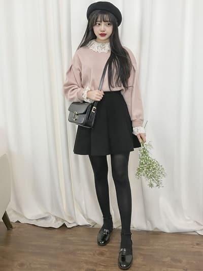 Chân váy đen xếp ly phối áo len kèm nón len