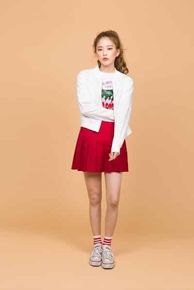 Chân váy xếp ly dáng ngắn tông đỏ