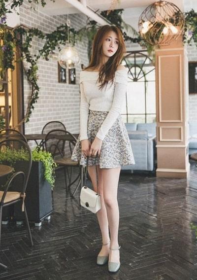 Chân váy ngắn xoè phối áo trễ vai