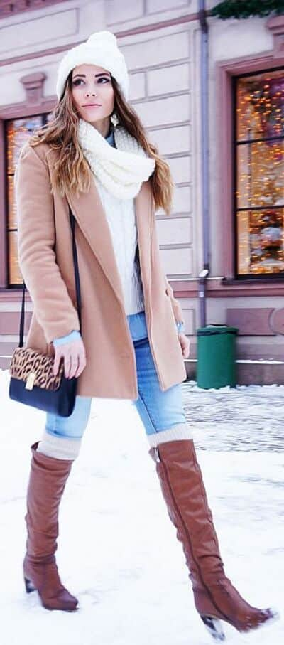 Quần Jeans + Áo len + Áo khoác dáng dài + Khăn quàng cổ + Boot cao cổ cùng tông màu với áo khoác