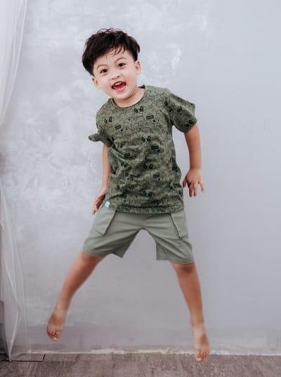 Áo thun + Quần jeans hoặc quần short là bộ đôi không thể thiếu cho bé trai.