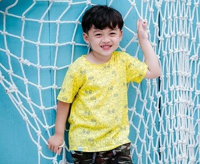 Hoạ tiết in hình trên áo thun cho bé trông nổi bật hơn.
