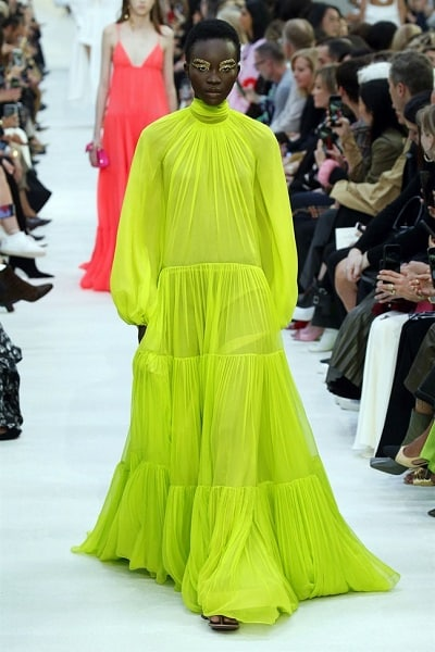 Trang phục màu neon thống trị xu hướng thời trang xuân hè 2020