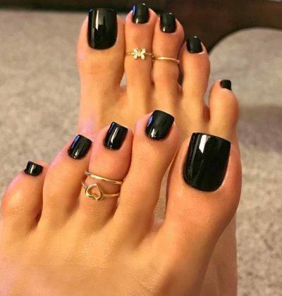 Bạn có thể lựa chọn sơn toàn bộ móng chân màu đen hoặc vẽ thêm họa tiết